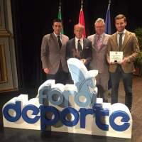 Miguel Ríos García recibe el reconcimiento a su labor en pro del deporte en Puente Geníl